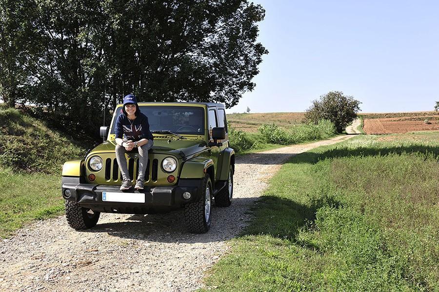 Jeep-en-el-campo-con-chica
